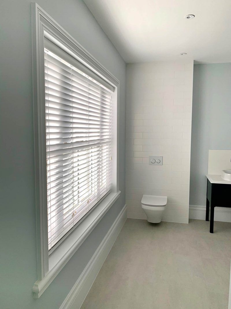 Wood Venetian blinds with discreet cords